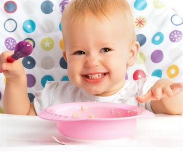 32834597, прикорм, ребенок ест, тарелка, ложка, питание