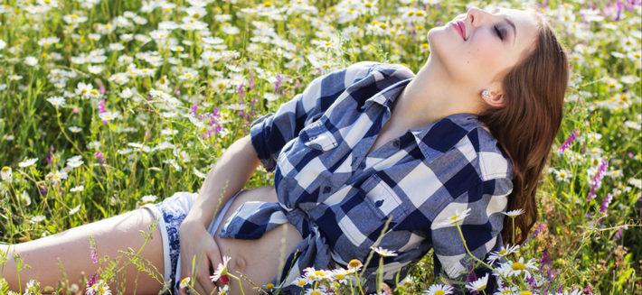 беременная лежит в поле
