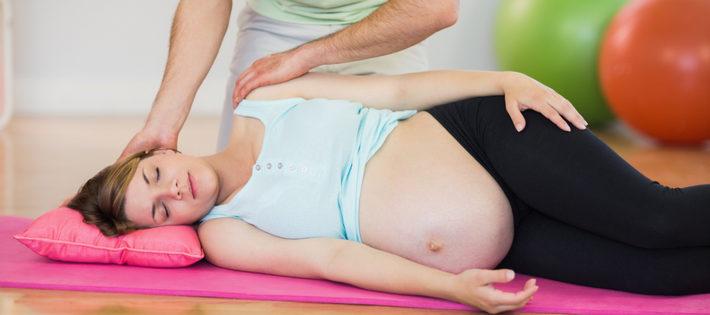 беременной делают массаж