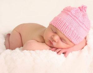 грудничок спит в шапке