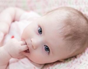 новорожденные сосет пальцы