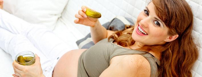 Беременная с банкой огурцов
