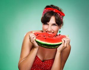 женщина ест арбуз