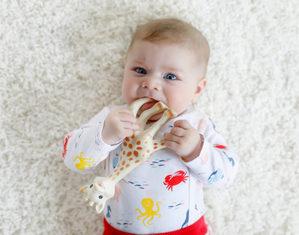 малыш с прорезывателем жираф