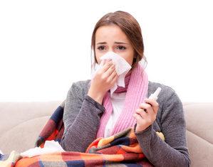 женщина лечит горло
