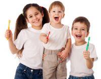 дети с зубными щетками