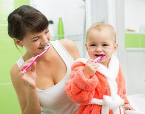 мама чистит зубы с ребенком