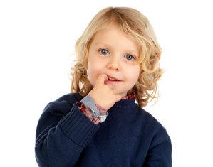 мальчик грызет ногти
