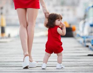 ребенок идет с мамой за ручку