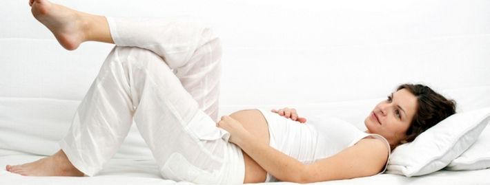 Женщина лежит нога на ногу