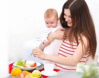 Женщина с ребенком за столом