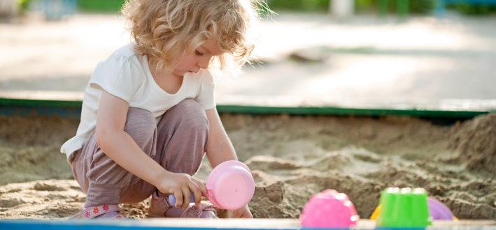 девочка играет в песочнице