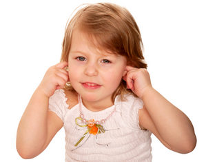 девочка закрыла уши