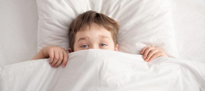 ребенок спрятался под одеялом
