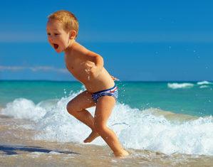 ребенок убегает от волны