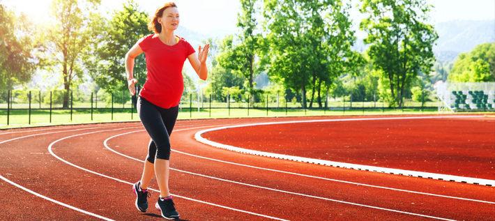 беременная бежит на стадионе