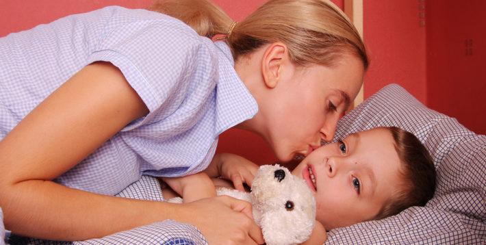 мама укладывает спать ребенка