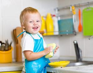 ребенок моет посуду