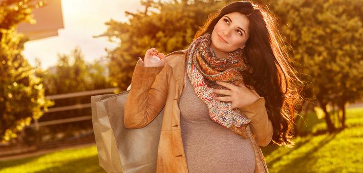 беременная гуляет по парку