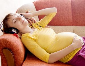 беременная в наушниках
