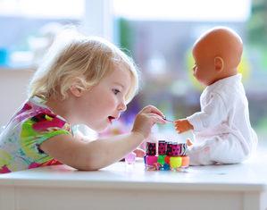 девочка играет с куклой