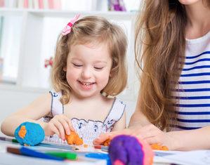 девочка играет с мамой в пластилин