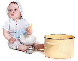 грудничок играет с посудой