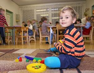 мальчик играет в детском саду