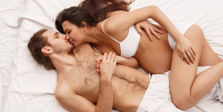 муж в кровати с беременной женой