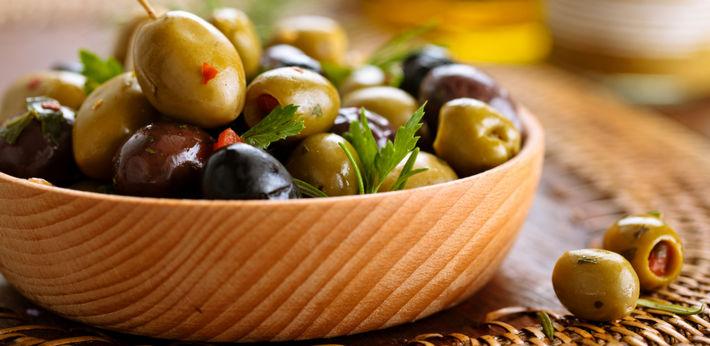 оливки в тарелке