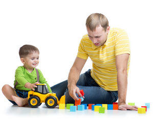 папа играет с сыном в машинки