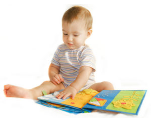 ребенок играет с книжкой