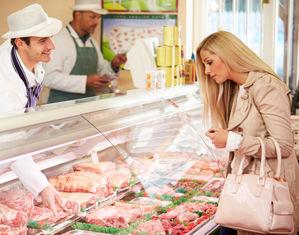 женщина в мясном магазине