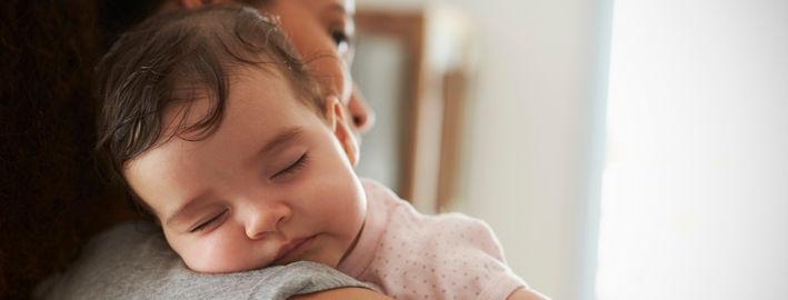 Малыш спит на плече у мамы