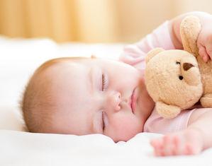 Малыш спит с мишкой