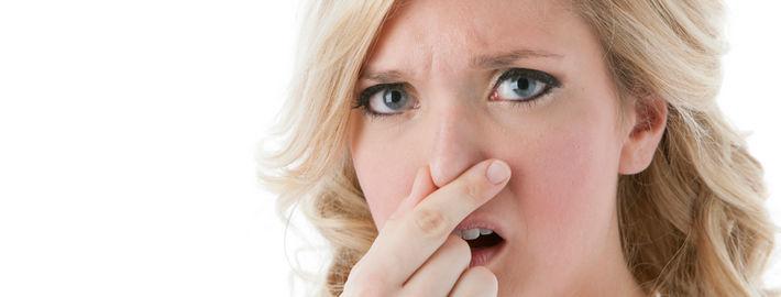 Женщина зажала нос