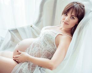 Беременная на белом