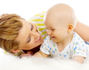 мама играет с ребенком