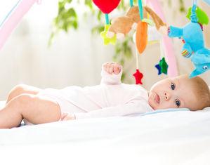 Младенец лежит