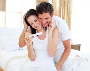 Мужчина и женщина с тестом на беременность