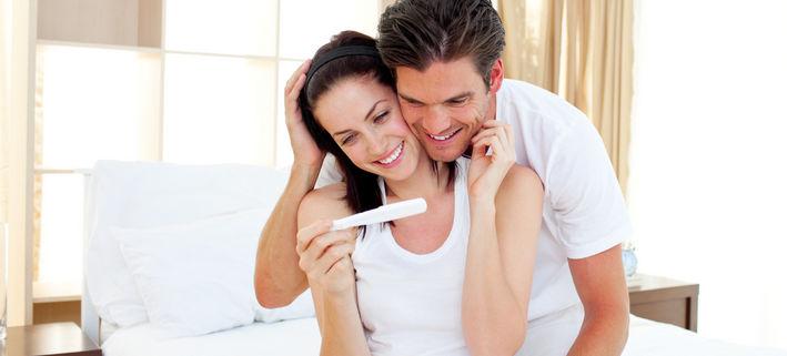 Мужчина и женщина смотрят тест на беременность
