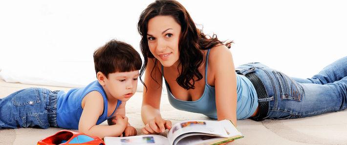 Няня с ребенком читают