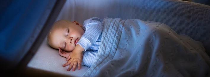 Ребенок в кроватке спит