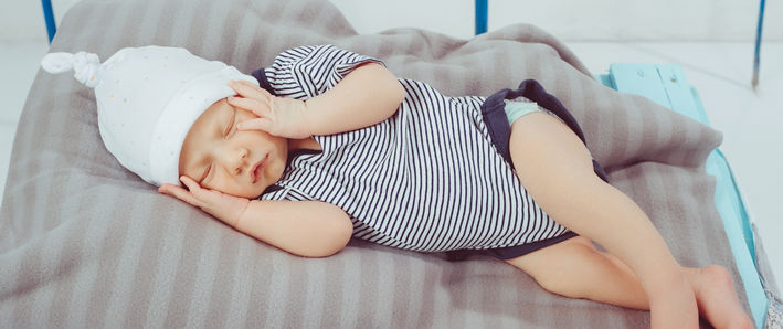 Ребенок в шапочке спит