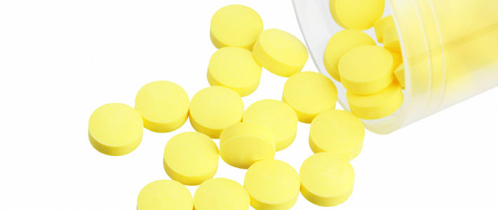 Желтые таблетки лежат