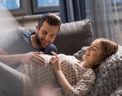 беременная с мужем лежат