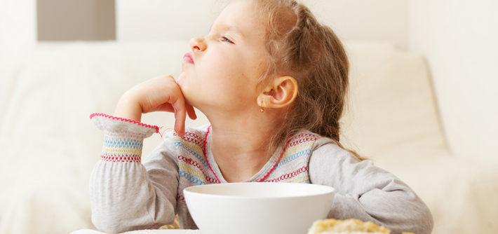 Девочка отвернулась от еды