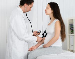 Беременной измеряют давление