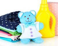 Детские вещи и средство для стирки