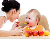 Мама кормит с ложечки
